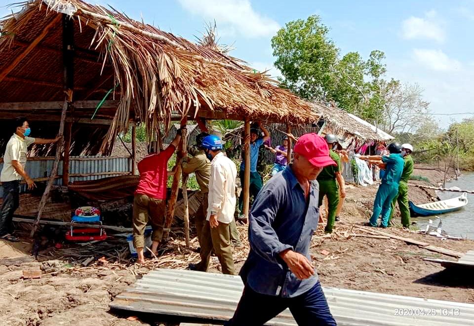 Lực lượng chức năng hỗ trợ người dân dựng tạm lại mái nhà để ở