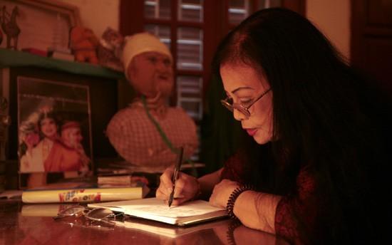 Sau này khi tuổi lớn bà viết sách để mong truyền đạt lại những điều đặc sắc trong nghệ thuật tuồng đến với hậu bối
