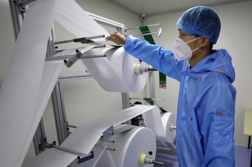 Giá nguyên vật liệu sản xuất thiết bị y tế như vải không dệt có lớp bảo vệ đã tăng rất cao và trở nên khan hiếm.
