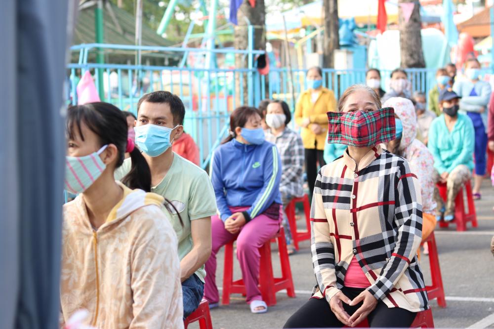 Ban tổ chức bố trí ghế ngồi đảm bảo giãn cách cho người dân chờ tới lượt lãnh gạo.