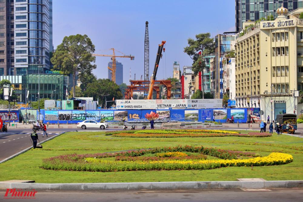 Ga Nhà hát thành phố (đoạn từ đường Đồng Khởi đến Nguyễn Huệ) là ga ngầm thuộc gói thầu CP1b của tuyến metro số 1 (Bến Thành - Suối Tiên) hướng nhìn từ nhà hát thành phố ra chợ Bến Thành (quận 1, TPHCM)