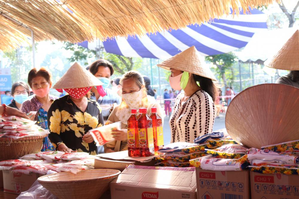 Trứng, gia vị được nhiều người dân chọn mua trong sáng 26/4.