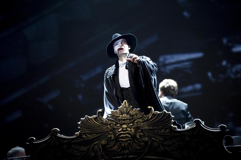 """3.    Chẳng mấy khi, khán giả Việt Nam có cơ hội thuworng thức """"The Phantom of the Opera"""""""