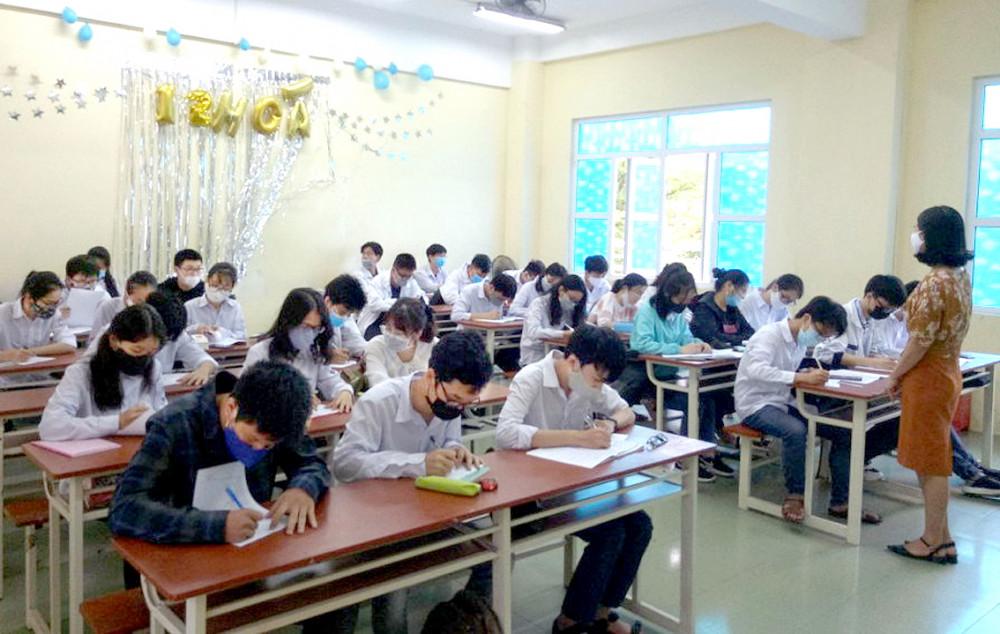 Học sinh tỉnh Thái Bình đi học lại từ ngày 20/4, cả thầy và trò đều phải cố gắng để hoàn tất chương trình - Ảnh: Đại Minh