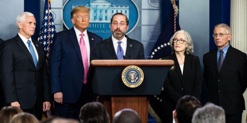 Ông Alex Azar (giữa) phát biểu tại Nhà Trắng về COVID-19 vào giữa tháng 2.