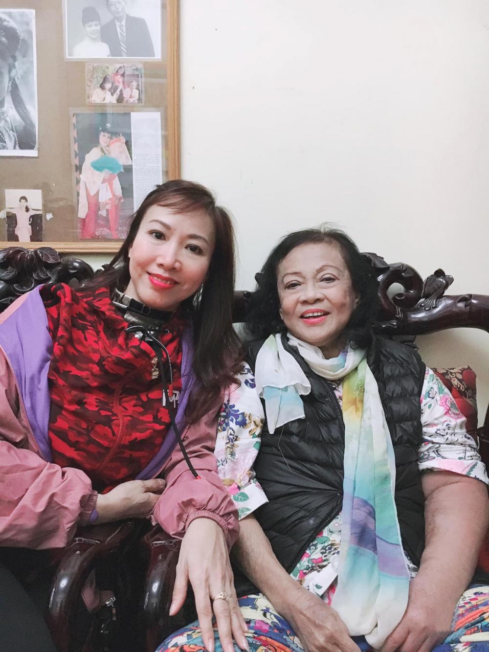 NSND Đàm Liên trên giường bệnh và NSƯT Kiều Oanh, người học trò yêu quý mà bà đã dành nhiều tâm huyết truyền nghề