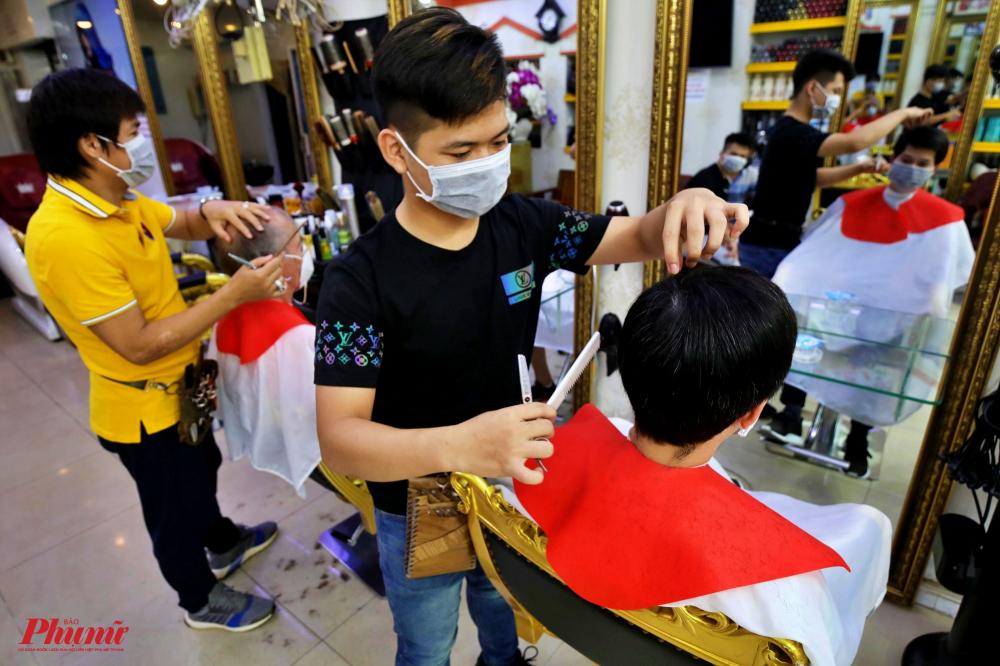 Ghi nhận của phóng viên Báo Phụ Nữ TPHCM, một tiệm cắt tóc trên đường Trần Quang Khải, quận 1 luôn tấp nập khách ra vào sau khi có lệnh ngưng cách ly xã hội, các tiệm hớt tóc được mở cửa đón khách trở lại bình thường
