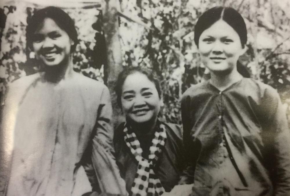 Nữ sinh văn khoa Sài Gòn, Hoàng Thị Hạnh (bìa phải) ái nữ của nhà văn Thanh Nghị bên cạnh cô Ba Định và chị Chín Nghĩa (ảnh tư liệu - 1973)