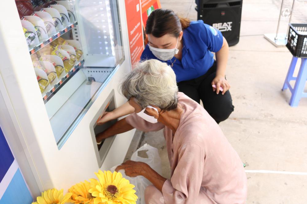ATM nhả quà tự động và hoạt động 24/24g, đảm bảo đủ nhu yếu phẩm cho người dân đến khi Chính phủ công bố hết dịch COVID-19.
