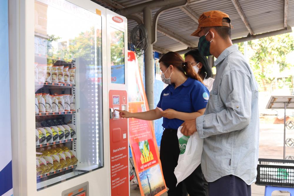 Người dân được khuyến cáo rửa tay bằng nước sát khuẩn và hướng dẫn thao tác trong lần đầu tiên đến ATM lấy nhu yếu phẩm.