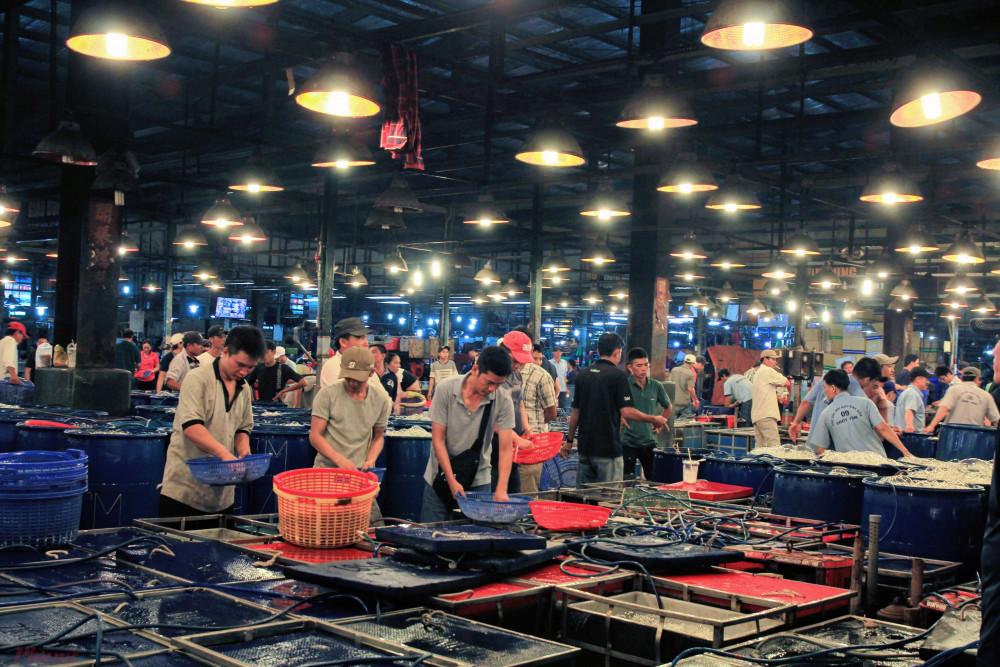 Một góc chợ đầu mối Bình Điển chuyên các mặt hàng thủy, hải sản lớn nhất tại TPHCM. Ảnh: Quốc