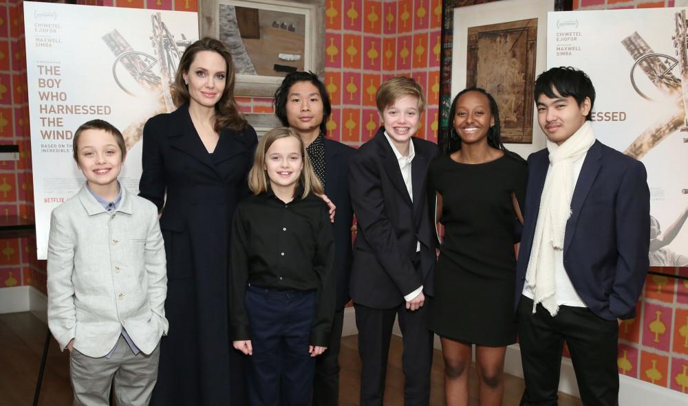 Angelina Jolie bên cạnh các con tại một sự kiện.