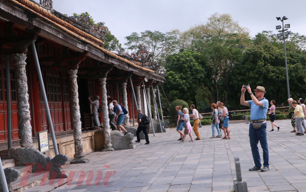 Du khách tha quan điện Thái Hòa trước thời điềm dịch bệnh COVID-19 bùng phát mạnh