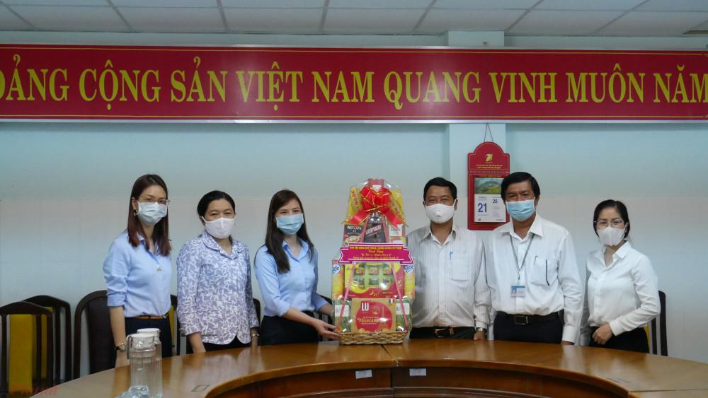 Bà Nguyễn Trần Phượng Trân (thứ hai, từ trái sang) đến thăm và trao tặng tượng trưng số tiền hỗ trợ chocác y bác sĩ, nhân viên y tếKhu cách ly tập trung huyện Cần Giờ