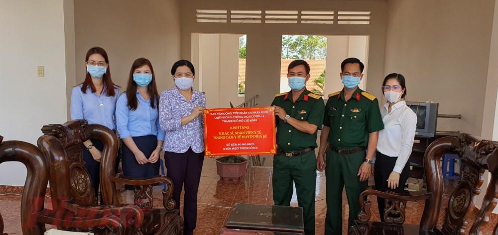 Đoàn đến thăm và trao bảng tượng trưng số tiền 90 triệu đồng cho khu cách ly Trung đoàn 10 thuộc Bộ Tư lệnh Thành phố