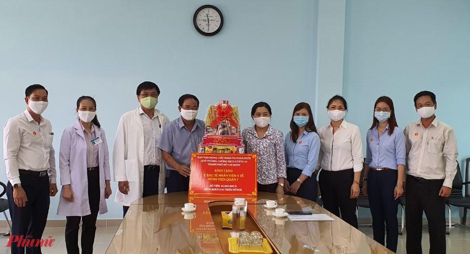 Đoàn đến thăm, động viên y, bác sĩ và nhân viên y tế Bệnh viện quận 7 trong công tác phòng, chống dịch COVID -19