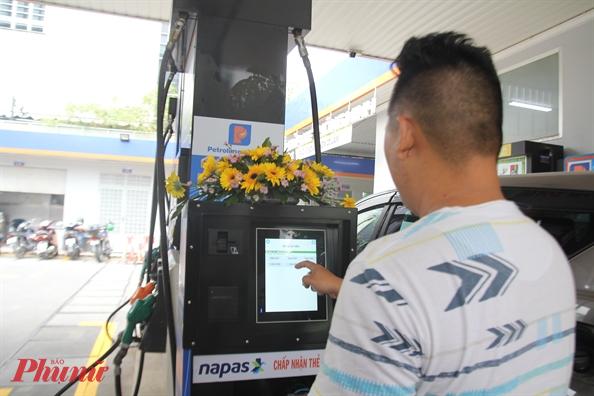 Giá xăng dầu trong nước có thể tiếp tục giảm vào ngày mai. Ảnh: Quốc Thái