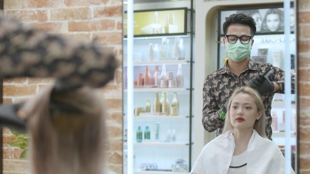 'Phần chi phí bỏ ra cho việc phun khử trùng và cho nhân viên học khá cao, tuy nhiên, điều đó, không chỉ giúp khách đến cắt tóc yên tâm hơn mà bản thân tôi và các nhân viên tại tiệm cũng thoải mái hơn',