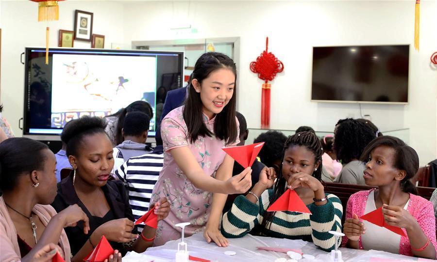 Các học viên của Viện Khổng Tử tại châu Phi học cách xếp đèn lồng Trung Thu.