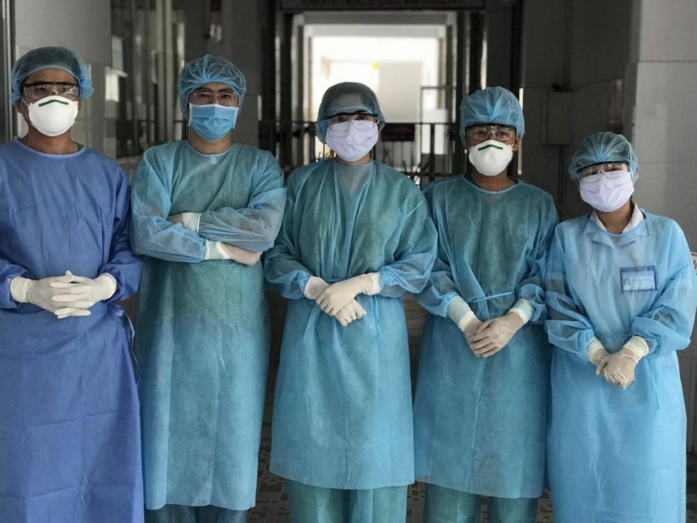 Ê kíp bác sĩ và hộ sinh thuộc Đội Phản ứng nhanh của BV Phụ sản TP. Cần Thơ đã mổ lấy thai cho chị V.