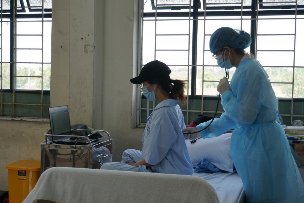 Bác sĩ kiểm tra sức khỏe cho người cách ly tại khu Cách ly trung tâm (phường Cát Lái, quận 2, TPHCM)