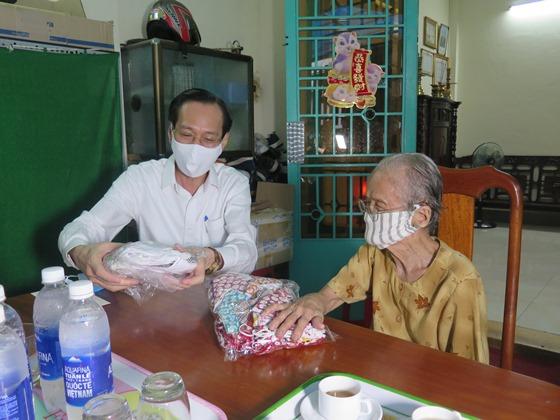 Mẹ Ngô Thị Quýt may hơn 400 khẩu trang tặng cho các đơn vị