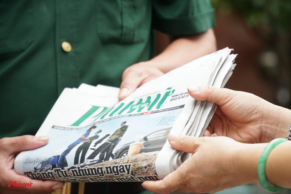 Nhiều ấn phẩm báo chí được gửi tặng cho các chốt