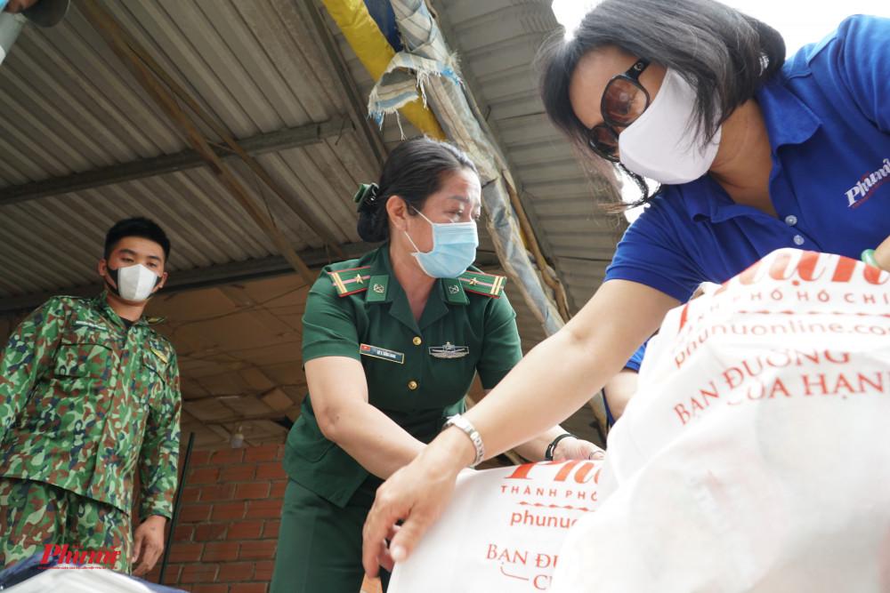 Báo Phụ Nữ TPHCM gửi quà đến các chốt phòng chống dịch COVID-19 tại địa phận giáp ranh biên giới