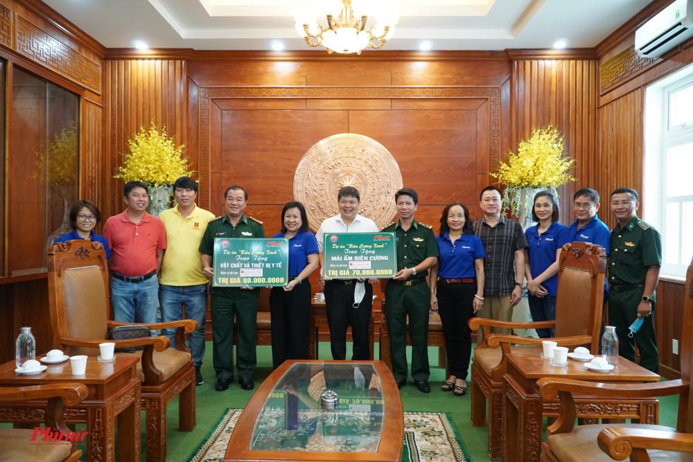 Ông Nguyễn Thiện Thuật - giám đốc ngân hàng Agribank Lý Thương Kiệt trao bảng tượng trưng cho đồn biên phòng