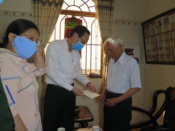 Phó Chủ tịch Thường trực UBND TP Lê Thanh Liêm thăm và tặng quà cho gia đình ông Nguyễn Minh Quang, Đại tá - Anh hùng LLVT nhân dân, nguyên Phó Chủ nhiệm Chính trị Quân khu 7