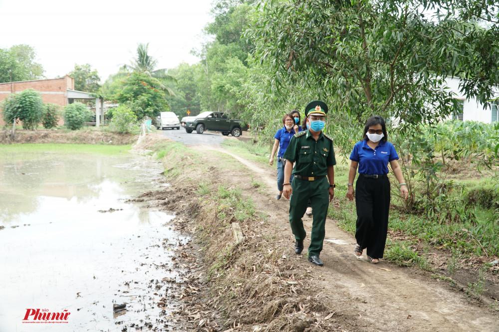 Trong ngày, đoàn đã đến thăm một  già đình có hoàn cảnh khó khăn trên địa bàn xã Phước Thuận, huyện Trảng Bàng, tỉnh Tây Ninh