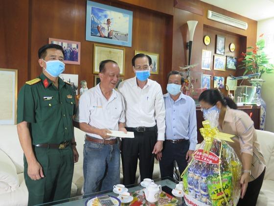 Phó Chủ tịch Thường trực UBND TP Lê Thanh Liêm trò chuyện và tặng quà cho  ông Nguyễn Thành Trung, Đại tá, nguyên Phó Tổng Giám đốc Hàng không Quốc gia Việt Nam