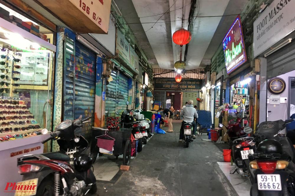 Từ sau lệnh ngưng giãn cách xã hội, con hẻm chuyên làm nail 136 Lê Thánh Tôn, quận 1 cũng rơi vào tình trạng vắng vẻ, một số tiệm vẫn đóng cửa một số tiệm khác chỉ mở cửa làm móng cho 1 vài khách quen