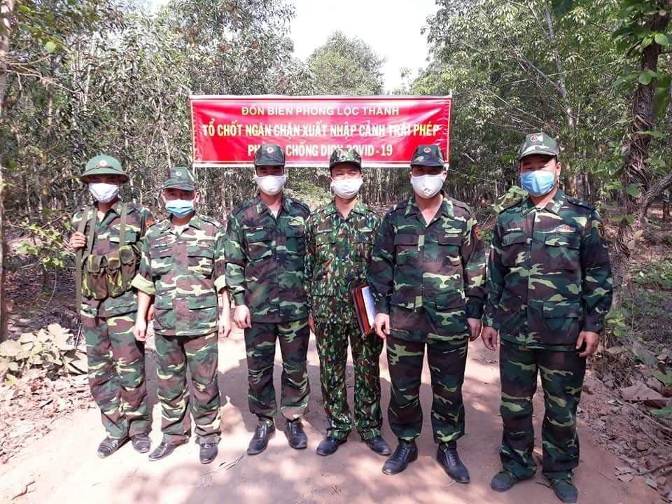 Đại úy Tuyền (ngoài cùng bê phải) cùng các đồng đội tại chốt vùng biên(Ảnh nhân vật cung cấp)