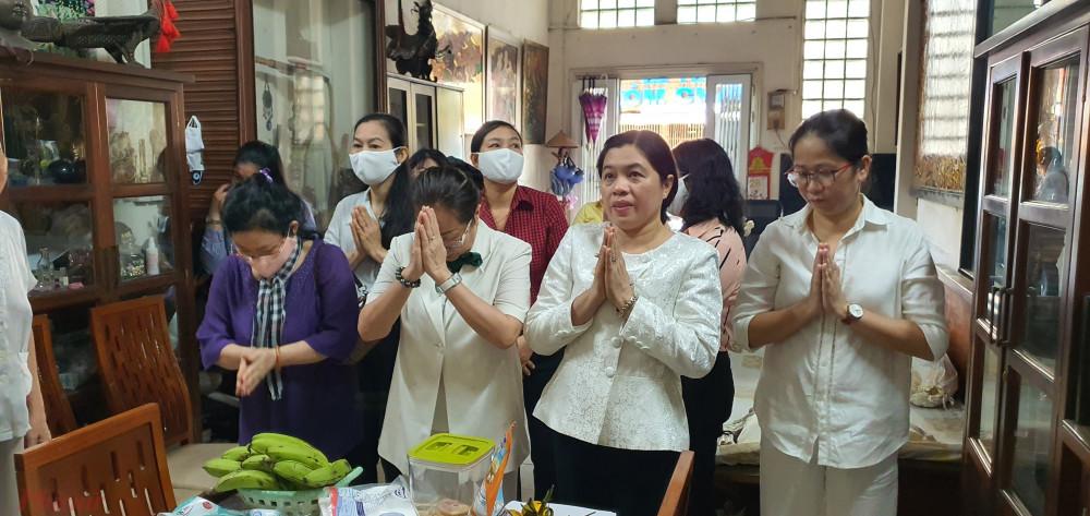 đoàn cán bộ Hội LHPN TPHCM qua các thời kỳ và Báo Phụ nữ TPHCM đã đến thăm và dâng hương cán bộ Ban Phụ vận Sài Gòn – Gia Định