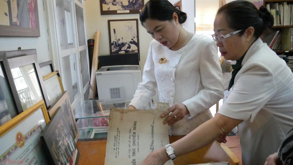 Chị Nguyễn Trần Phượng Trần cùng dì xem lại bút tích của