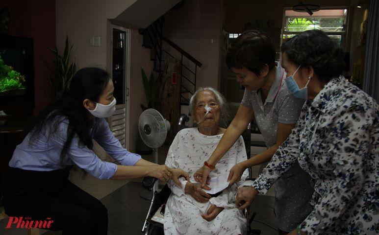 Bà Lâm Thị Ngọc Hoa - Phó chủ tịch thường trực Hội LHPN thăm hỏi dì Tư Liên