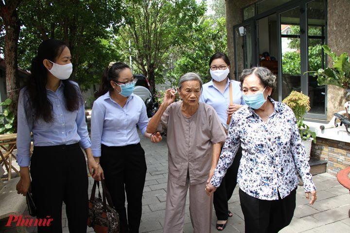 Bà Lâm Thị Ngọc Hoa - Phó chủ tịch thường trực Hội LHPN thăm hỏi dì Năm Đang