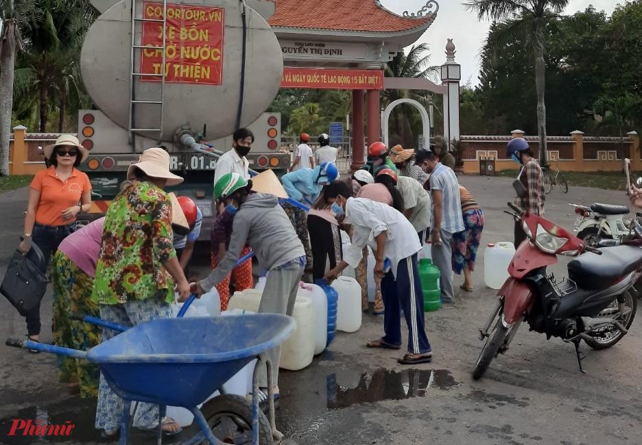 Hội LHPN quận Tân Phú  và Câu lạc bộ nữ Doanh nhân quận chở nước ngọt về cho người dân bị ảnh hưởng hạn hán xâm nhập mặn.