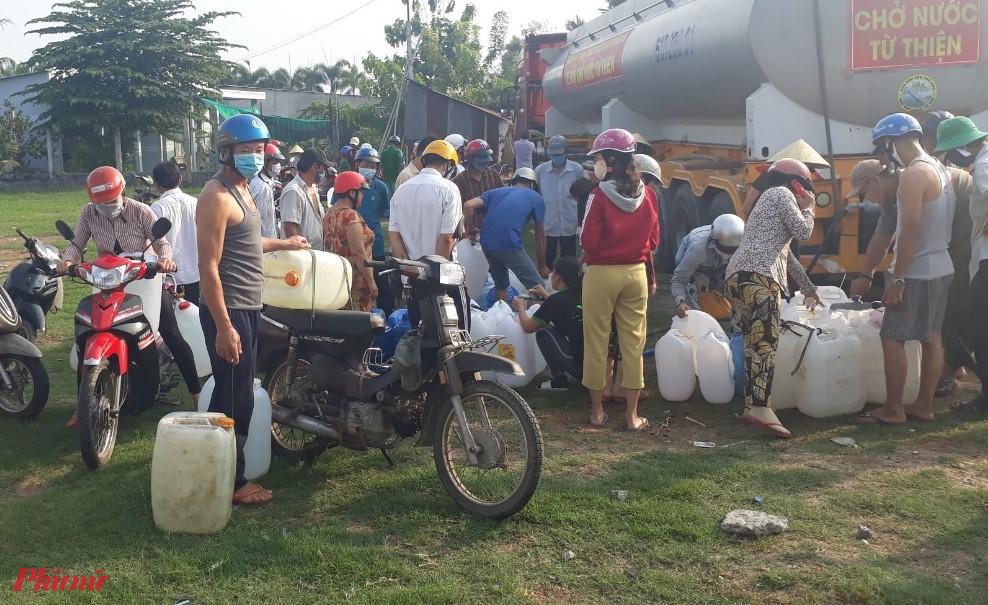 Người dân tranh thủ đến chở nước ngọt về nhà.