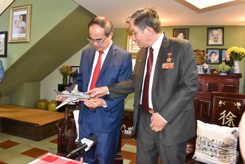 Đại tá Từ Đễ - Anh hùng lực lượng vũ trang nhân dân (bìa phải) trò chuyện với Bí thư Nguyễn Thiện Nhân