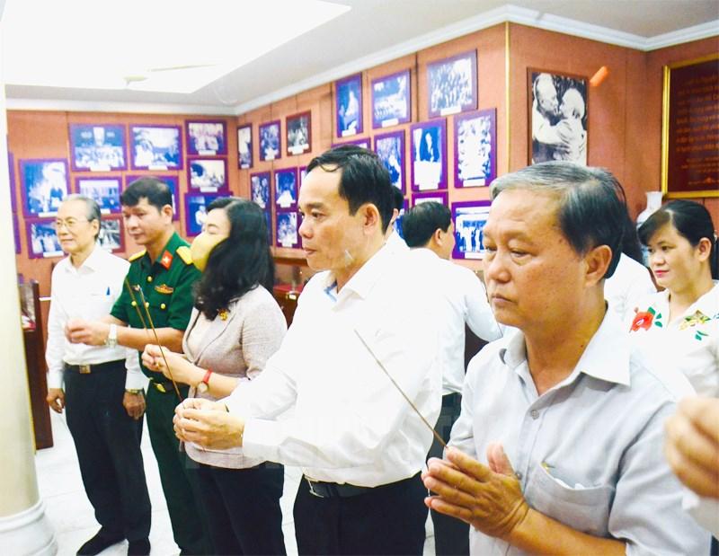 Phó Bí thư Thường trực Thành ủy TP Trần Lưu Quang cùng các thành viên trong đoàn dâng hương tưởng niệm Luật sư Nguyễn Hữu Thọ - Ảnh: Long Hồ)