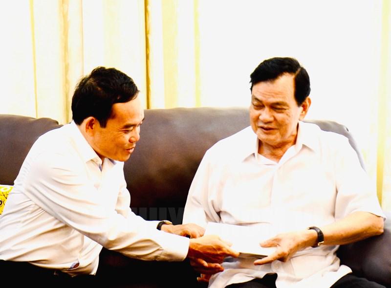 Phó Bí thư Thường trực Thành ủy TP Trần Lưu Quang thăm và tặng quà đồng chí Nguyễn Thành Cung - Ảnh: Long Hồ)