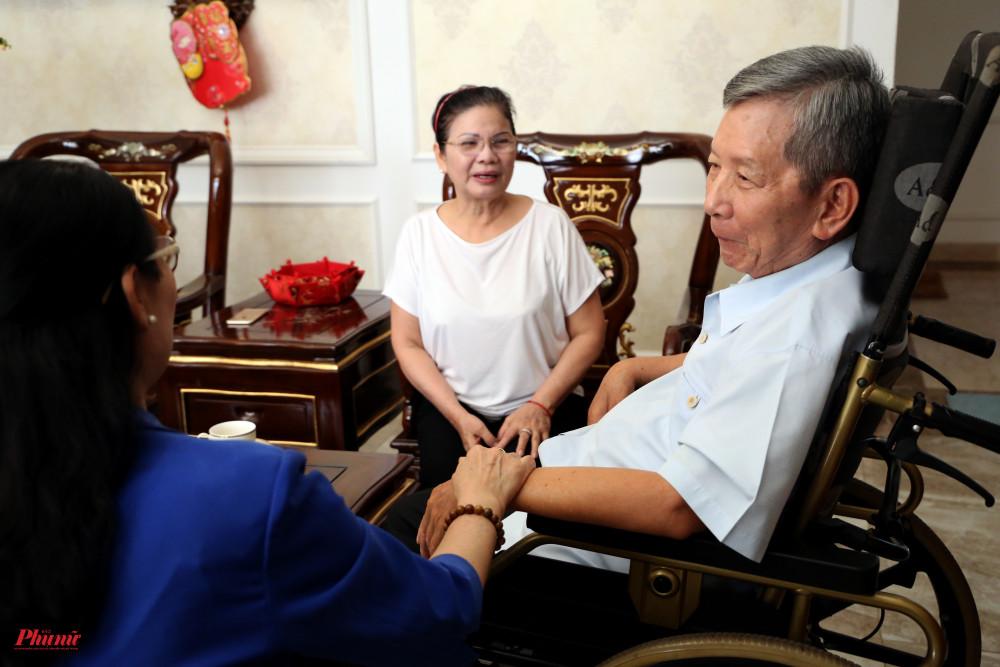 Bà Huỳnh Thị Nga, vợ thượng tướng Phan Trung Kiên nói chồng bà ngày chưa ngã bệnh đi đâu gặp hoàn cảnh những cụ già khó khăn đều cho tiền, có khi không còn tiền về xem.