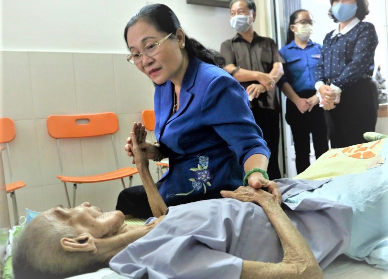 Bà Nguyễn Thị Lệ, Phó bí thư Thành uỷ, Chủ tịch Hội đồng Nhân dân TPHCM hỏi thăm sức khoẻ của Mẹ Việt Nam anh hùng Nguyễn Thị Đợi