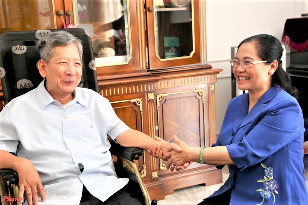 Thượng tướng Phan Trung Kiên dù không thể nói chuyện nhưng ông ra dấu mình rất vui khi Phó bí thư Thành phố ôn lại câu chuyện những ngày ông còn khoẻ, về thăm nhà ở Củ Chi, tay xách nách mang quà tặng cho các trường hợp khó khăn