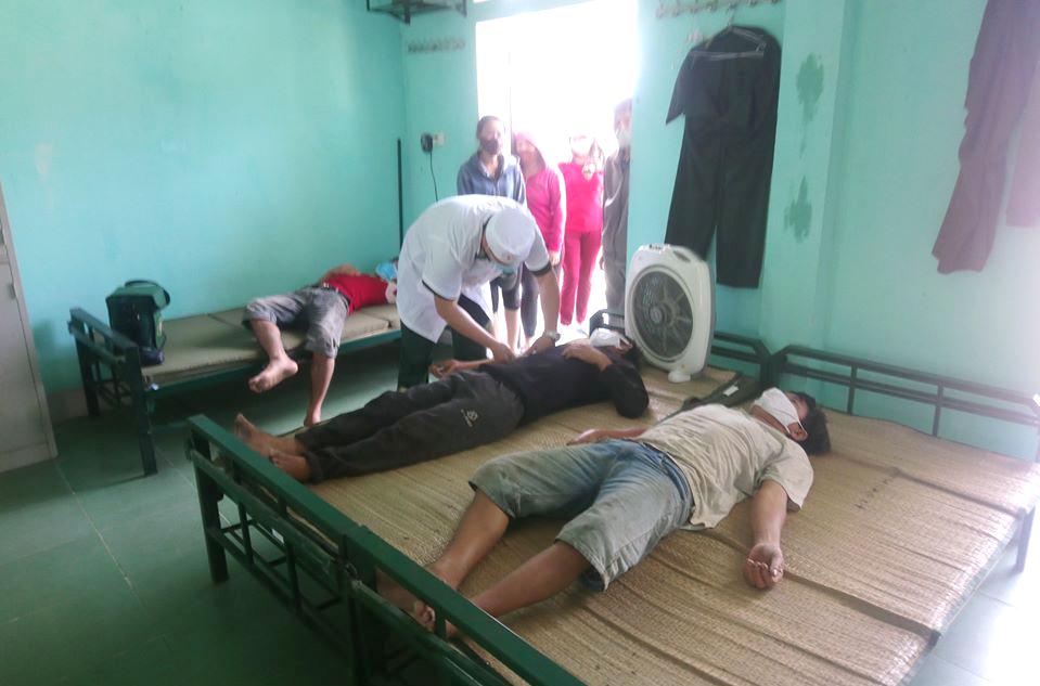 Lực lượng Biên phòng thăm khám sức khỏe cho các ngư dân - Ảnh: B.H.Thượng