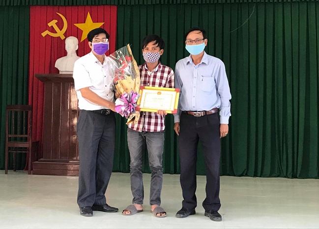 Anh Lư Ngọc Duy được chính quyền địa phương trao tặng bằng khen vì hành động đẹp của mình