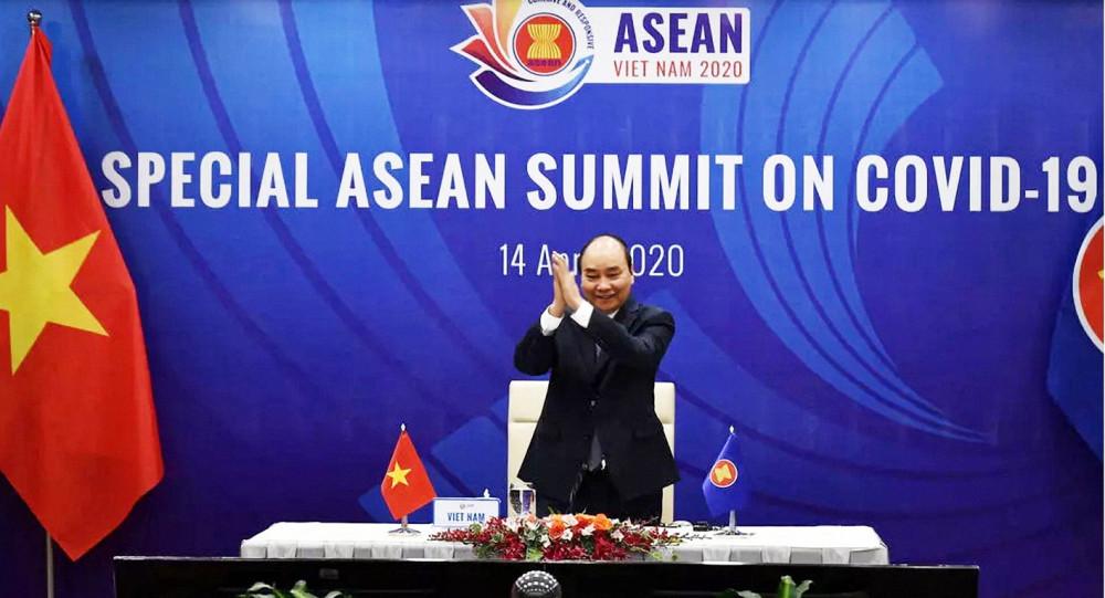 Thủ tướng Việt Nam Nguyễn Xuân Phúc chủ trì cuộc họp thượng đỉnh ASEAN từ xa thông qua internet về dịch bệnh COVID-19 hôm 14/4 - Ảnh: Reuters