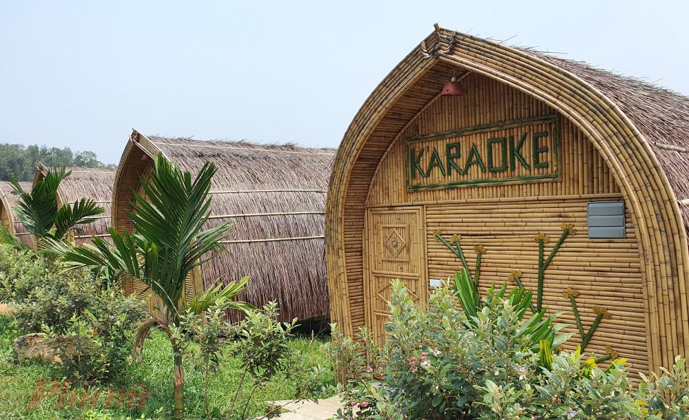 5 căn phòng bằng tre, nứa được dựng làm phòng nghỉ, hát karaoke